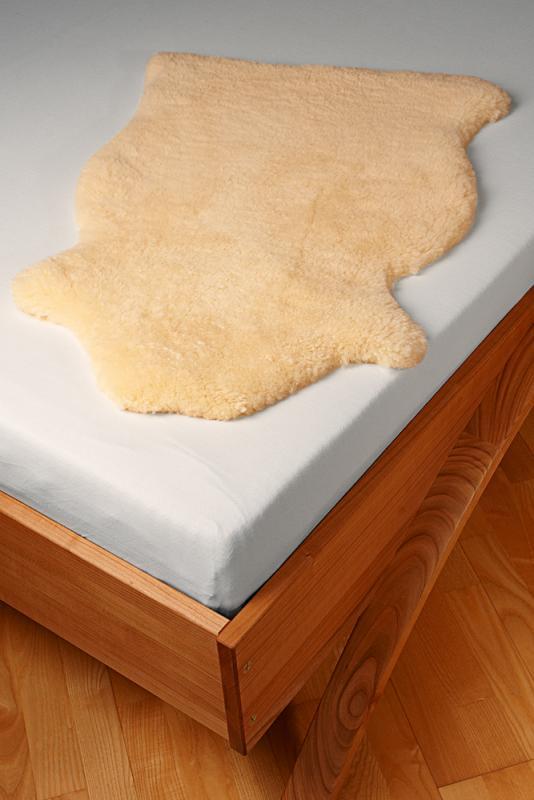 Kleines Fell für Babys in den Kinderwagen oder ins Kinderbett. Kurz geschorene Wolle,