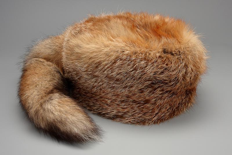 Pelzmütze Trapperart mit Fuchsschwanz hinten. Mütze aus Rotfuchsfell